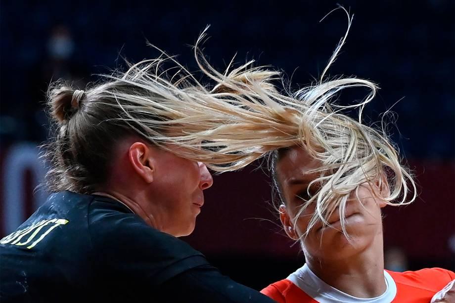 Katrin Klujber (direita), da Hungria, e Anna Lagerquist, da Suécia, em partida de handebol -