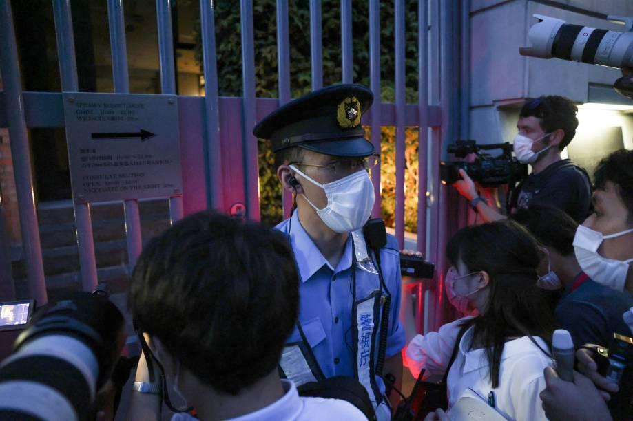 Jornalistas se reúnem do lado de fora dos portões da embaixada polonesa, onde a atleta bielorrussa Krystsina Tsimanouskaya estava -