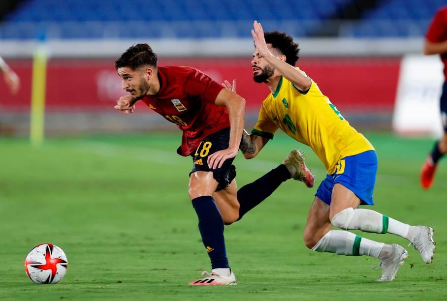 Oscar Gil, da Espanha, em disputa de bola com Claudinho, do Brasil -