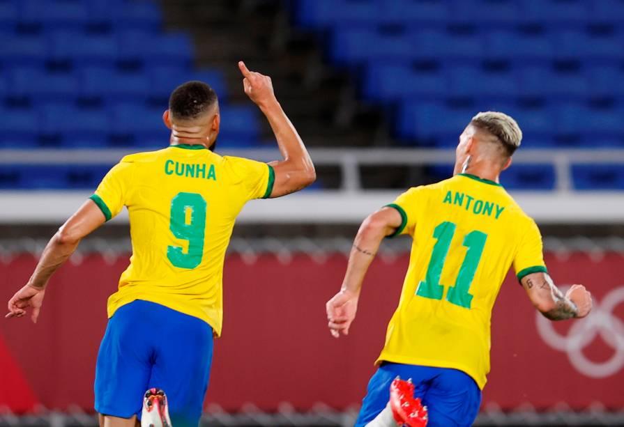 Matheus Cunha e Antony comemorando o primeiro gol do Brasil na partida -
