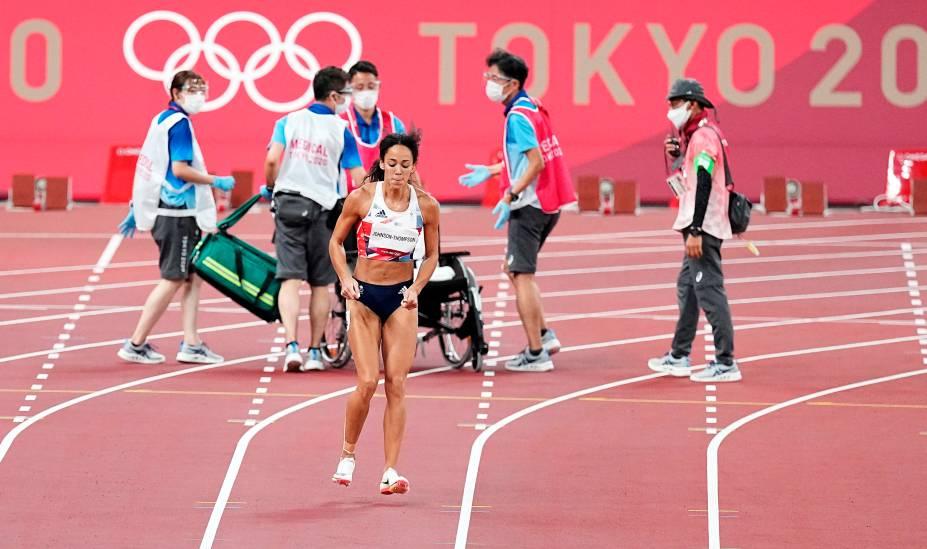 Katarina Johnson-Thompson da Grã-Bretanha, continua sua corrida após ficar temporariamente parada recebendo atendimento -