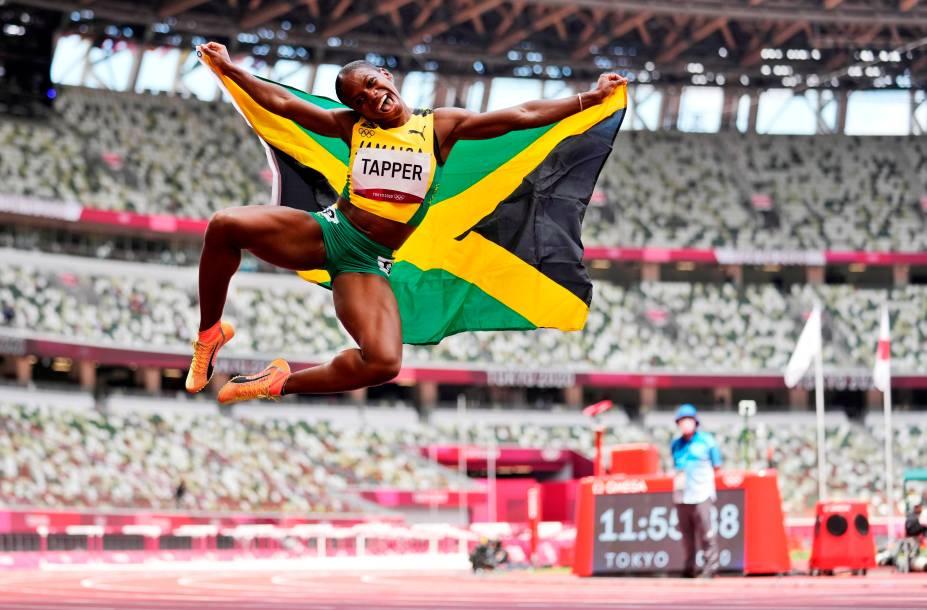 A jamaicana Megan Tapper comemora medalha de bronze na prova de 100m com obstáculos no atletismo -