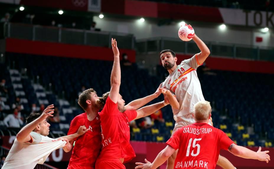 Ferran Sole Sala, da Espanha, em ação durante partida contra a Dinamarca pelo handebol -