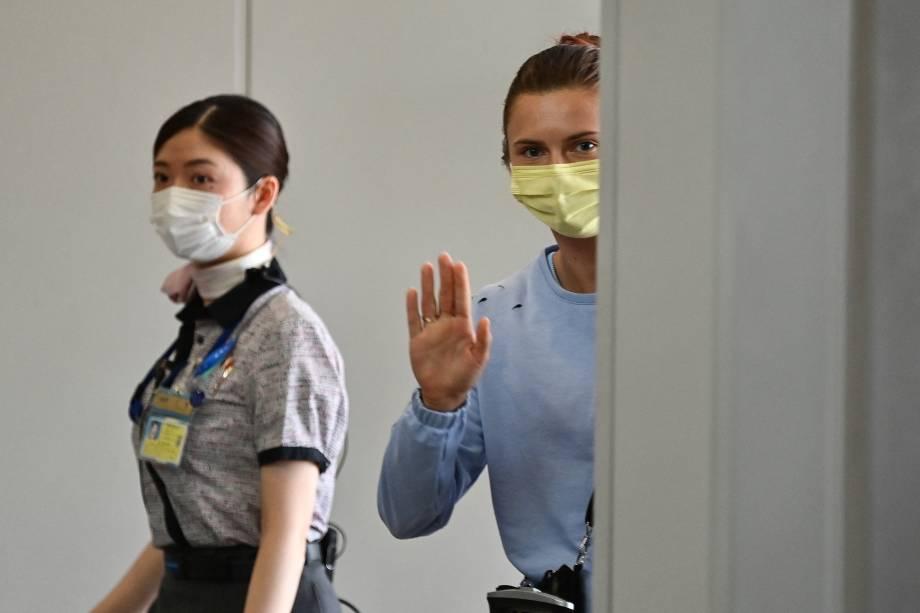 Krystsina Tsimanouskaya se despede ao embarcar em seu voo com destino à Viena -