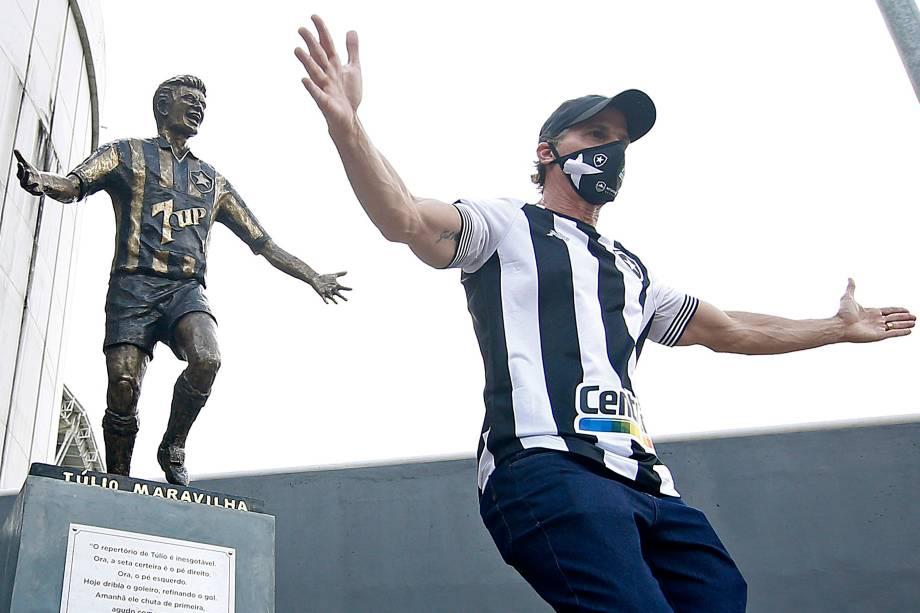 Estátua de Tulio Maravilha, ídolo do Botafogo, no Estádio Nilton Santos -