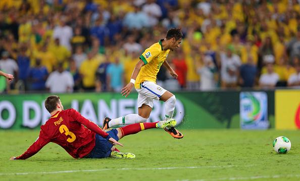 Neymar dribla Piqué