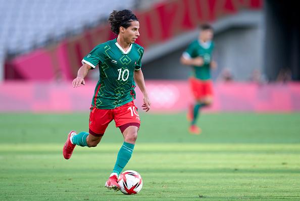 Diego Lainez conduz a bola