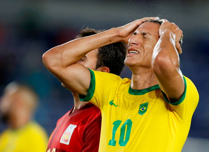 Richarlison se lamenta após pênalti perdido no jogo -