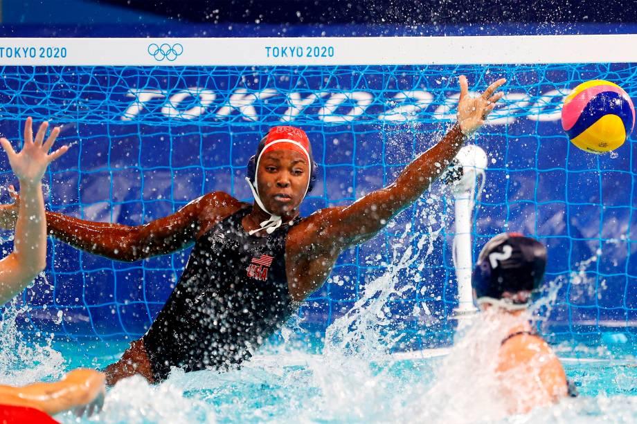 A goleira Ashleigh Johnson, dos Estados Unidos, na partida contra a Espanha válida pelo ouro no pólo aquático -