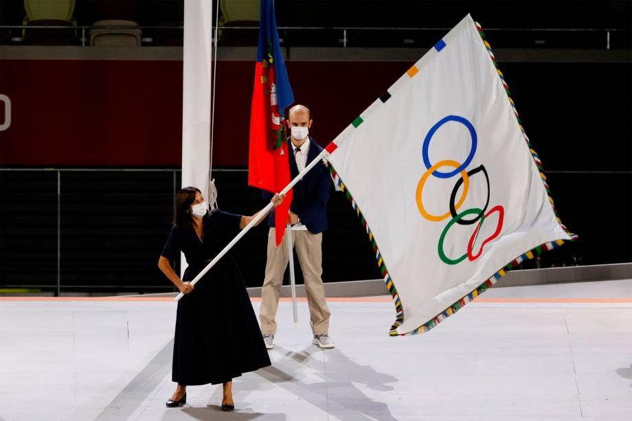 A prefeita de Paris, Anne Hidalgo (c), na cerimônia de encerramento -