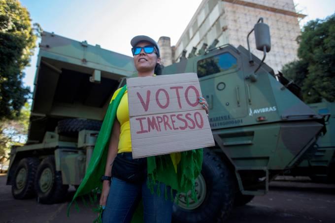 Bolsonaro recibe desfile militar entre fuertes críticas de la oposición