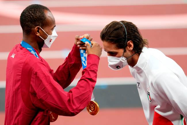 Tokyo (Japan), 02/08/2021.- Joint gold medalists Mutaz Essa Barshim (L) of Qatar and Gianmarco Tamberi of Italy during the medal ceremony for the Men's High Jump at the Athletics events of the Tokyo 2020 Olympic Games at the Olympic Stadium in Tokyo, Japan, 02 August 2021. (Salto de altura, Italia, Japón, Tokio, Catar) EFE/EPA/FRANCK ROBICHON