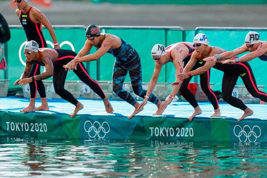 Atletas durante a largada da maratona aquática de 10km nos Jogos Olímpicos de Tóquio -