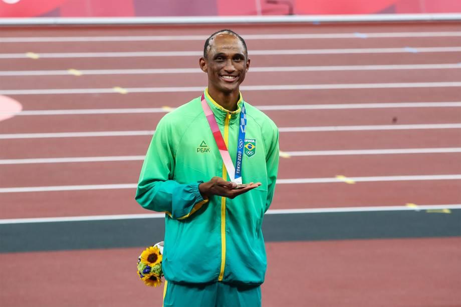 O atleta Alison dos Santos ganha o bronze nos 400m com barreiras -