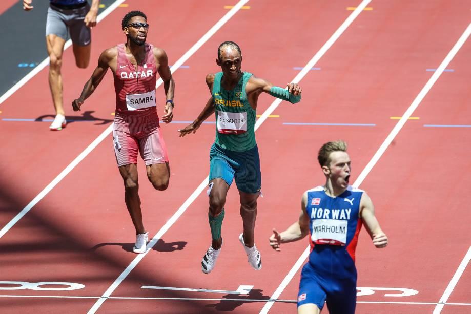 O brasileiro Alison dos Santos em ação na prova dos 400m com barreiras -