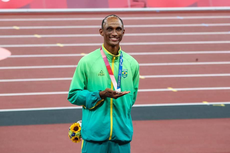 O brasileiro Alison dos Santos com a sua medalha de bronze -