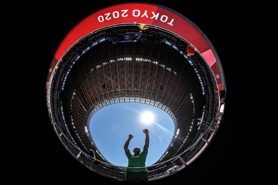 O atleta Felipe Santos durante as provas de decatlo no estádio olímpico de Tóquio -