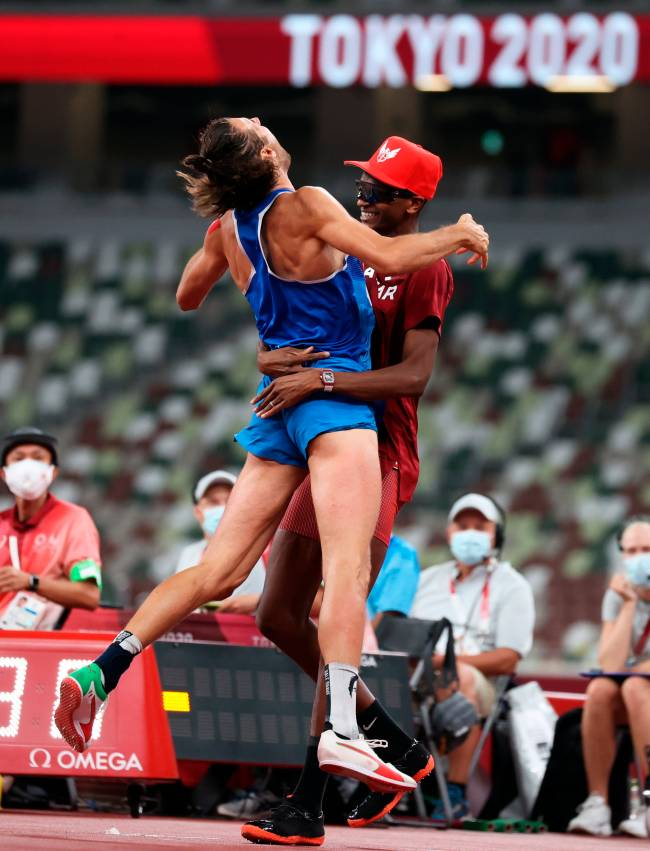 Tokyo (Japan), 01/08/2021.- Gold Medalists Gianmarco Tamberi of Italy (L) and Essa Mutaz Barshim of Qatar (R) react after the Men's High Jump Final during the Athletics events of the Tokyo 2020 Olympic Games at the Olympic Stadium in Tokyo, Japan, 01 August 2021. (Salto de altura, Italia, Japón, Tokio, Catar) EFE/EPA/DIEGO AZUBEL