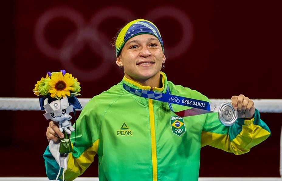 Beatriz Ferreira com a medalha de prata no boxe-
