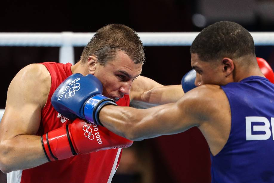 Hebert Conceição durante luta pelo boxe com Oleksandr Khyzniak -
