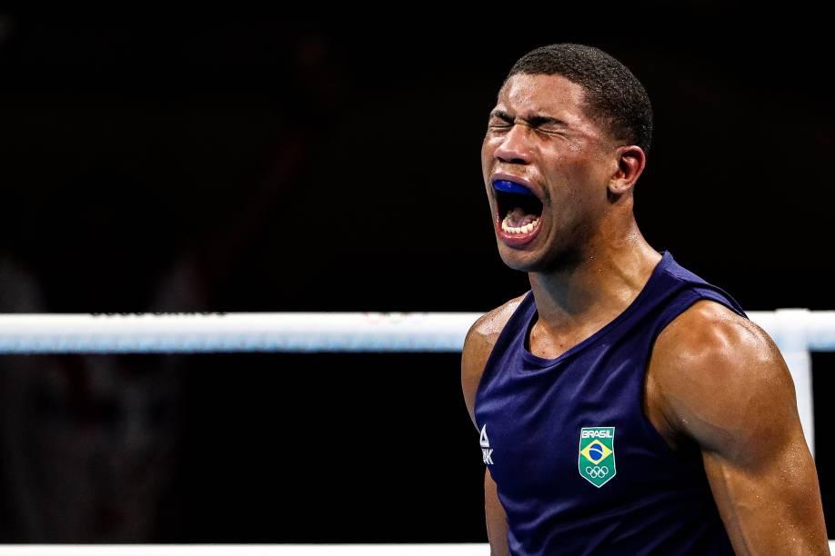 O brasileiro Hebert Conceição comemorando a vitória no boxe sobre o ucraniano Oleksandr Khyzhniak -