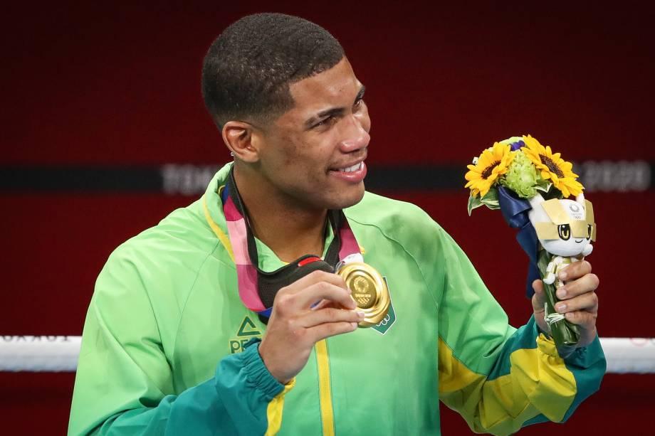 Hebert Conceição exibindo sua medalha de ouro conquistada no boxe -