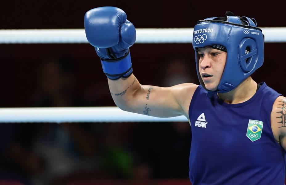 Beatriz Ferreira, do Brasil, durante luta pela final de boxe com Kellie Harrington, da Irlanda -