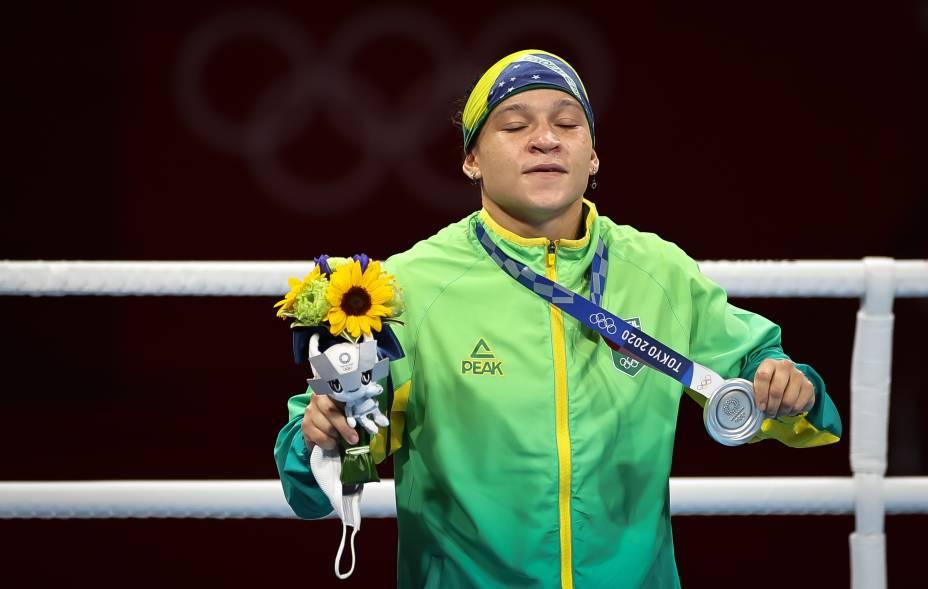 Beatriz Ferreira, do Brasil, com a medalha de prata conquistada no boxe -