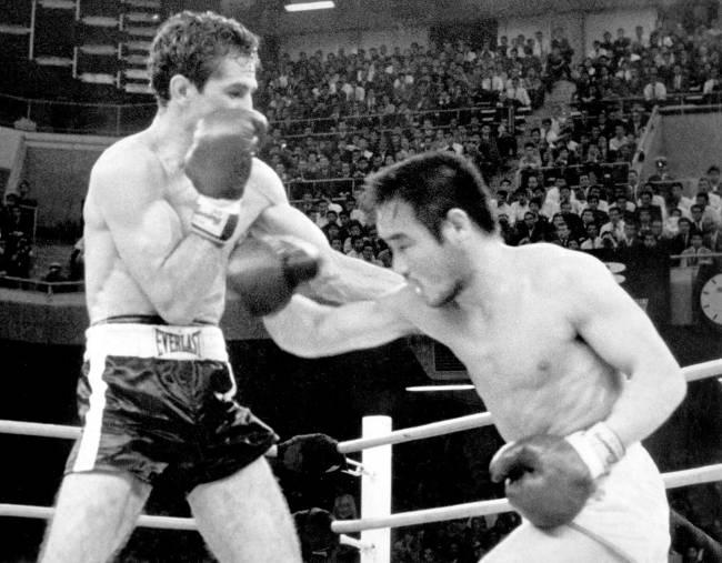 Eder Jofre lutando contra Harada no Nippon Budokan em maio de 1966