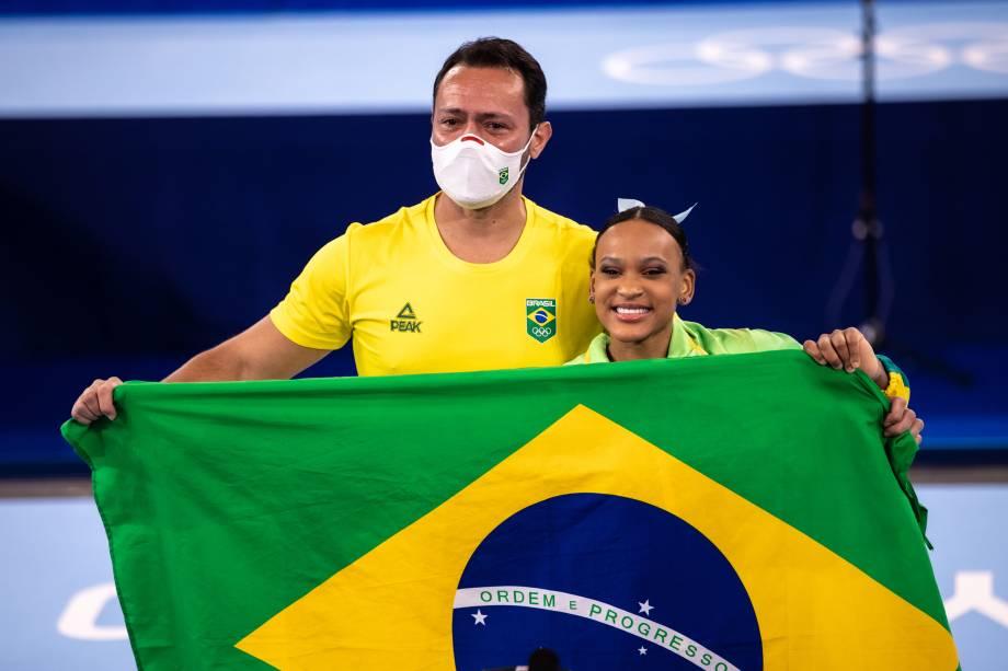 A ginasta brasileira Rebeca Andrade e seu técnico -