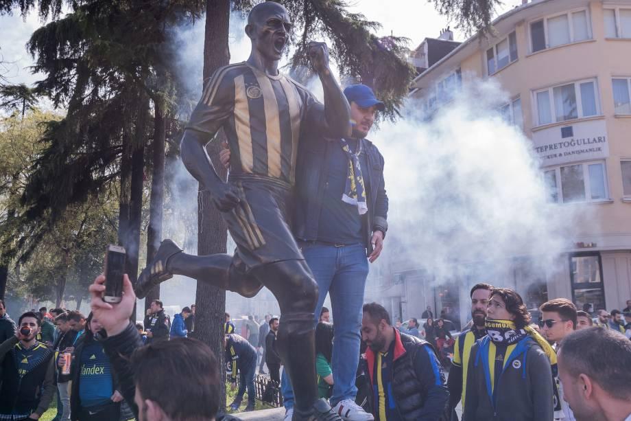 Estátua do ex-jogador brasileiro Alex na entrada do estádio Şükrü Saraçoğlu, do Feberbahce -
