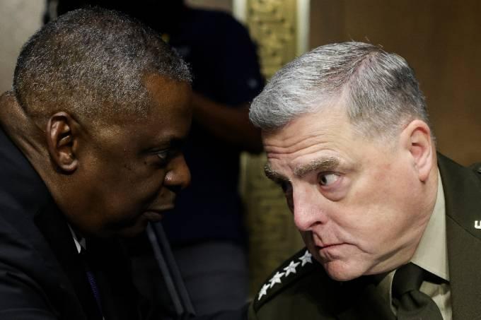 U.S. Defense Secretary Lloyd Austin talks with Joint Chiefs of Staff Chair Gen. Mark Milley – 17/06/2021 –