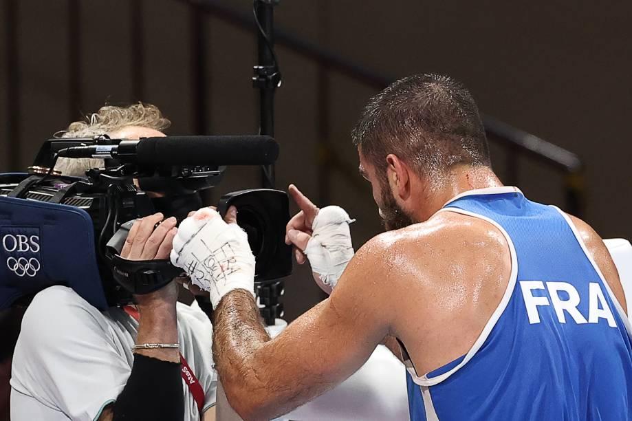 Mourad Aliev, da França, reclamando em frente à camera após ser desclassificado em luta no boxe -