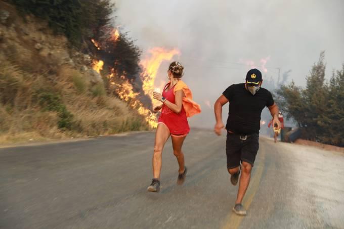 Turistas fogem dos incêndios em Mugla, na Turquia