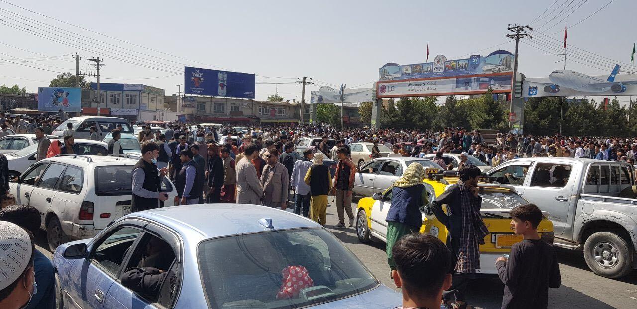 Cenas de desespero e tumulto no aeroporto de Cabul deixam mortos | VEJA
