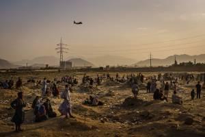 Grupo de refugiados afegãos desembarca em Madri, na Espanha, nesta segunda-feira (23)