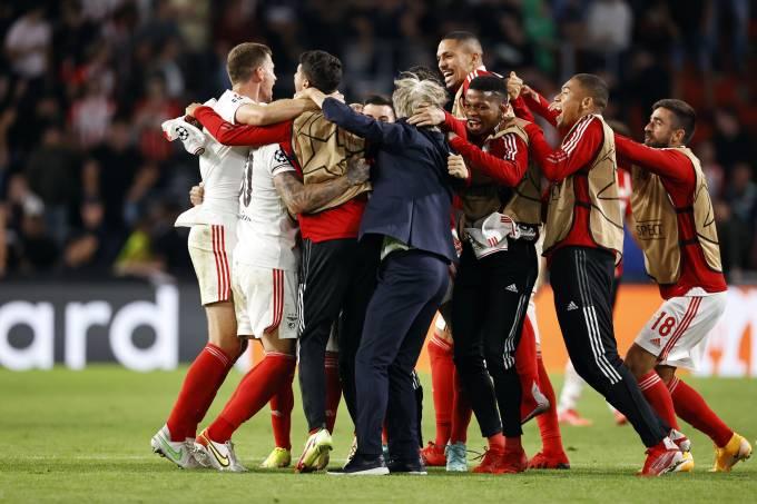 Jogadores e o técnico Jorge Jesus celebram a classificação do Benfica