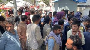 Afegãos aguardam abertura de banco no centro de Cabul nesta quarta-feira (25)