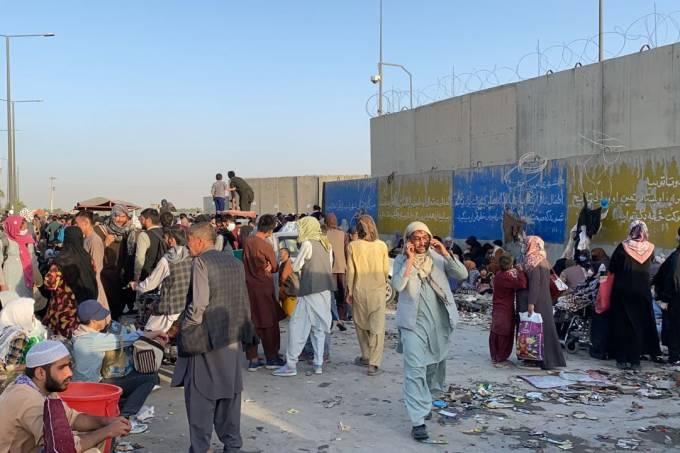 People continue to wait around Kabul's Hamid Karzai Airport âââââââ