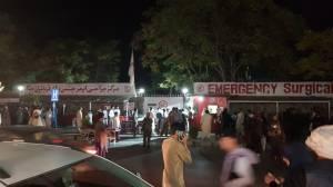 Hospital recebe grande número de feridos após duas explosões sacudirem o entorno do aeroporto de Cabul, no Afeganistão, nesta quinta-feira (26)