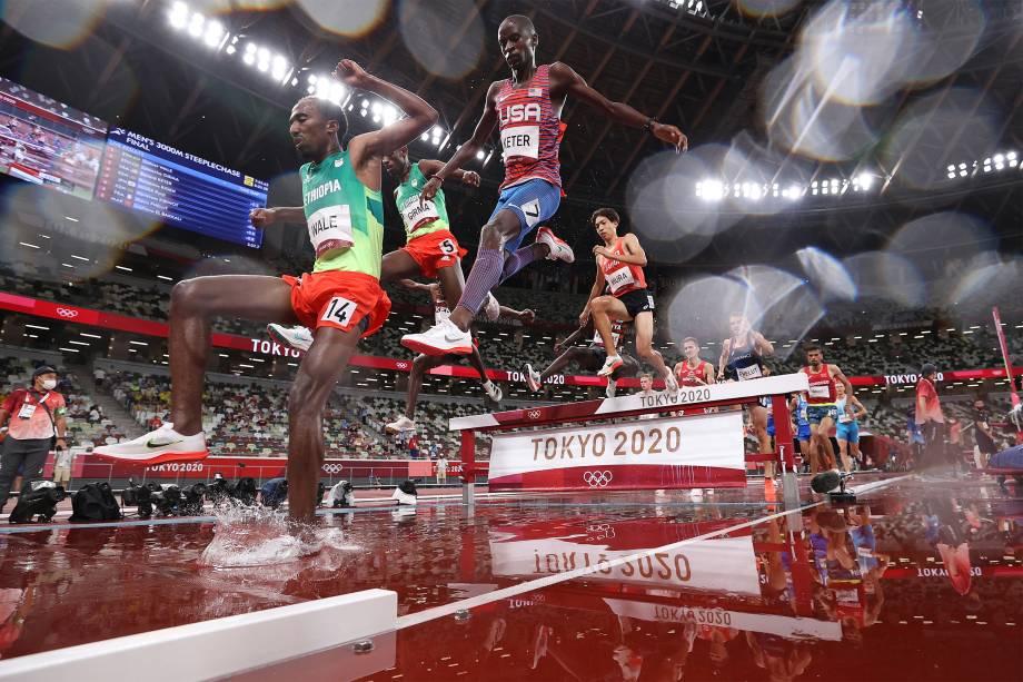 Competidores durante a prova de 3000m com obstáculos no atletismo -