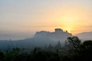 A fumaça dos incêndios encobriu a Acrópole, em Atenas, na Grécia