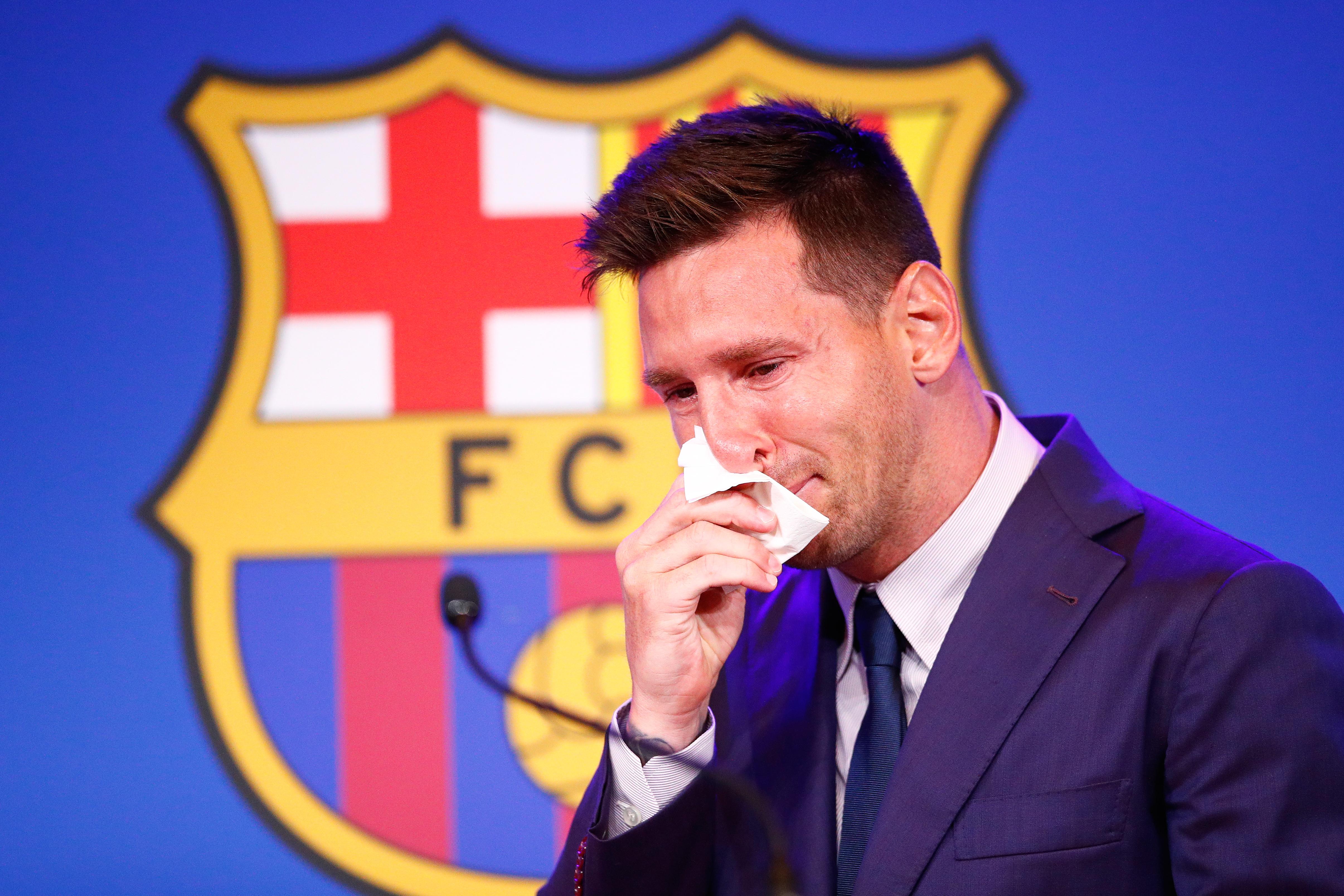 Lionel Messi piange mentre dice addio al Barcellona