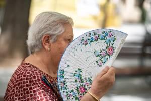 Mulher tenta aliviar o calor em Castilla, na Espanha