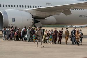 Afegãos desembarcam na base aérea de Torrejon de Ardoz, em Madri