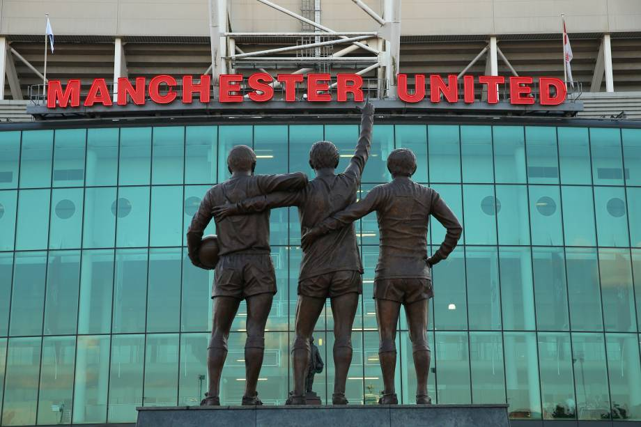 A 'Santíssima Trindade' do Manchester United: George Best, Bobby Charlton e Denis Law, em Old Trafford -