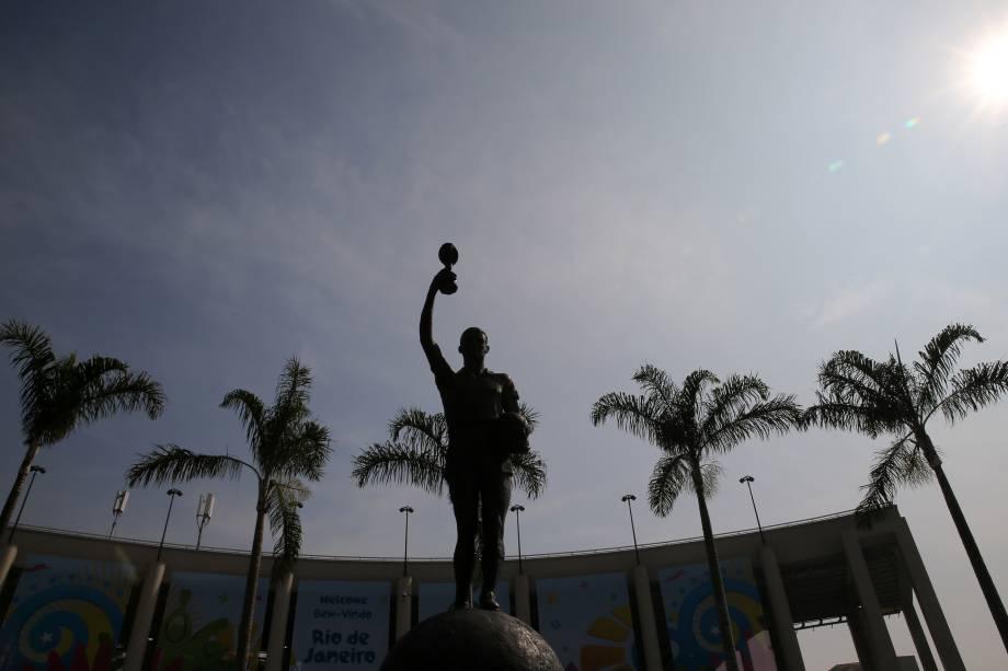 Bellini, o capitão do primeiro título mundial da seleção brasileira, teve momento retratado na entrada do Maracanã -