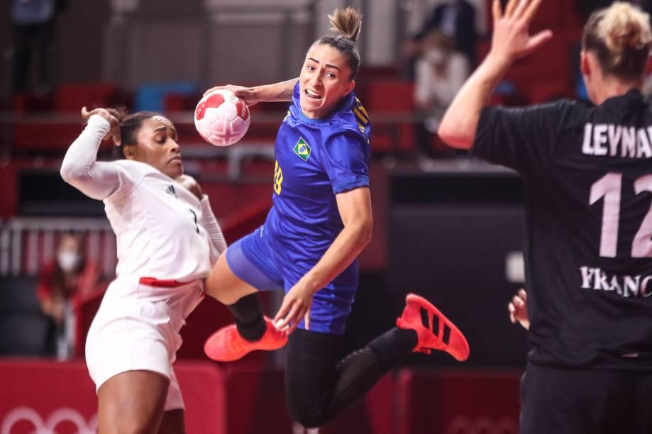 A brasileira Paty Matieli durante jogo contra a França no handebol -