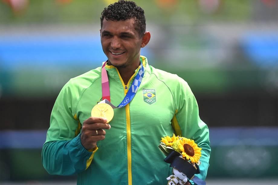 O brasileiro Isaquias Queiroz dos Santos, do Brasil, comemora o outro na prova de canoagem individual 1000m -