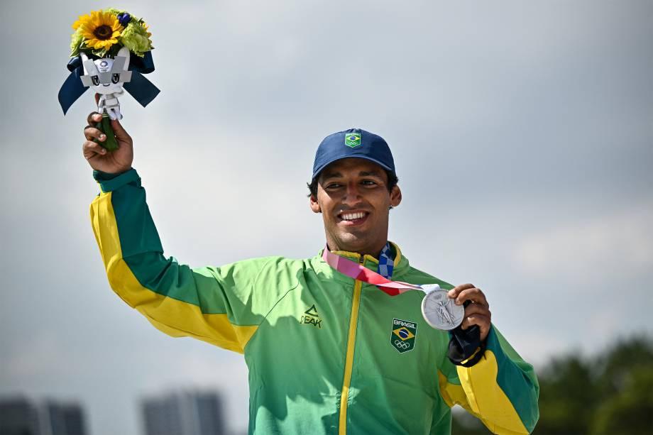 O brasileiro Kelvin Hoefler ganha a prata no skate -